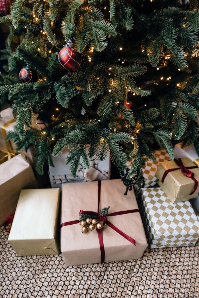 Julpynt: Paket under granen