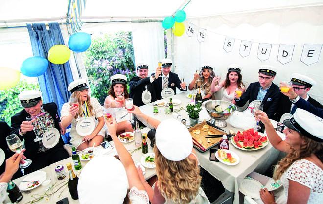 Studenter på champagnefrukost