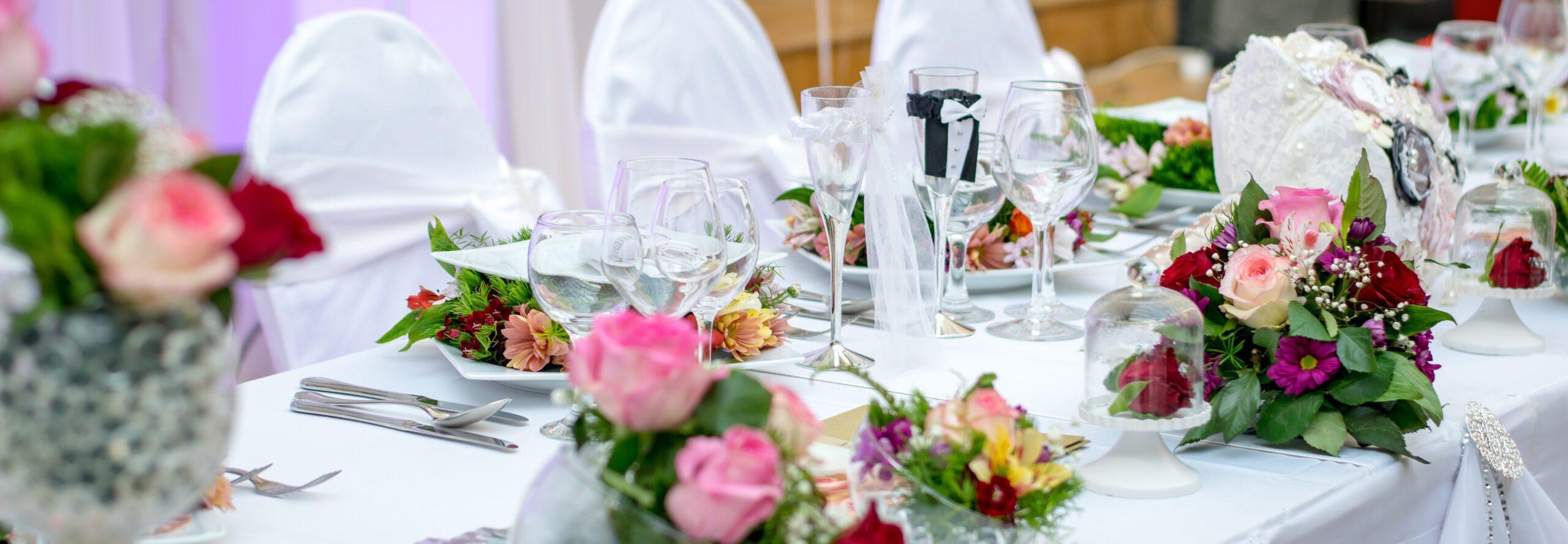 bröllopsdukning med porslin